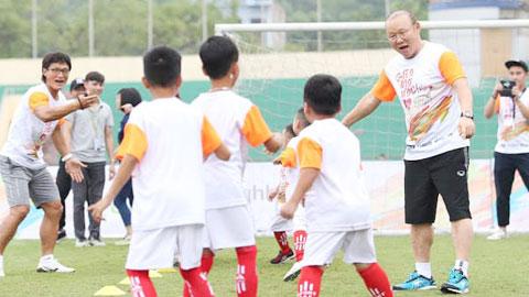 HLV Park Hang Seo tham gia làm từ thiện