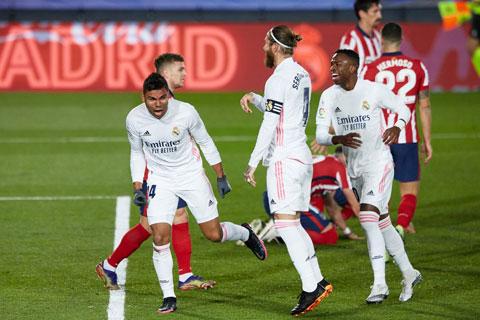 Casemiro  (bìa trái) ăn mừng bàn thắng vào lưới Atletico