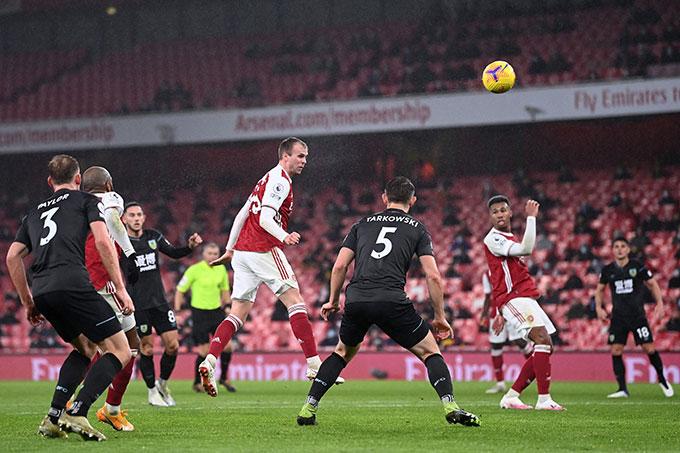 Arsenal tịnh tiến vào nhóm cuối bảng
