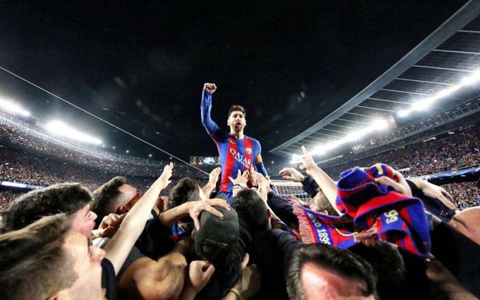 Khoảnh khắc Messi được tung hô như vị thánh sau màn lội ngược dòng của Barca trước PSG năm 2017