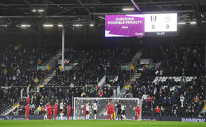 VAR giúp cho Liverpool tránh khỏi 1 quả phạt đền
