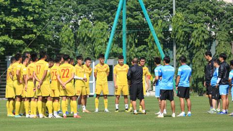 HLV Park Hang Seo dặn dò các cầu thủ trước một buổi tập của U22 Việt Nam Ảnh: Đức Cường