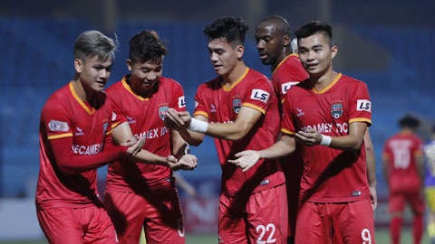 Tiến Linh (giữa) ăn mừng bàn thắng cùng đồng đội Ảnh: Đức Cường