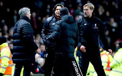 Một trong những lần khẩu chiến nảy lửa giữa Mourinho (bìa trái) và Klopp (bìa phải)