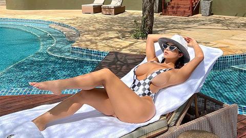 Demi Rose khoe trọn bầu ngực căng tròn khi tắm nắng