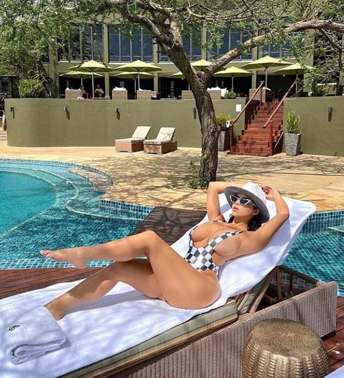 Demi Rose đăng tải khoảnh khắc nằm thư giãn bên hồ bơi tại một khu nghỉ dưỡng sang trọng ở Tanzania (Châu Phi). Bức ảnh mà Demi đưa lên trang Instagram cá nhân đang nhận được hơn 400.000 lượt thích