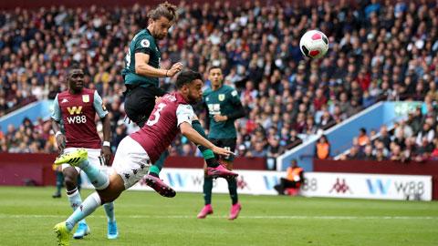 Aston Villa (dưới) thua cả 3 trận gần nhất trên sân nhà Villa Park
