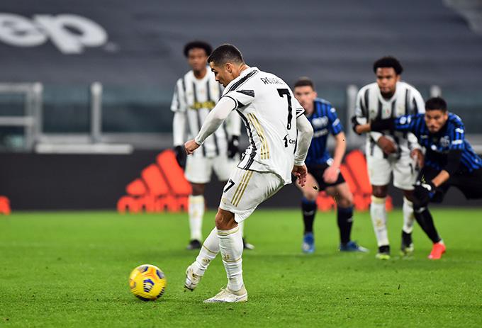 Ronaldo thực hiện hỏng ăn quả đá phạt 11m