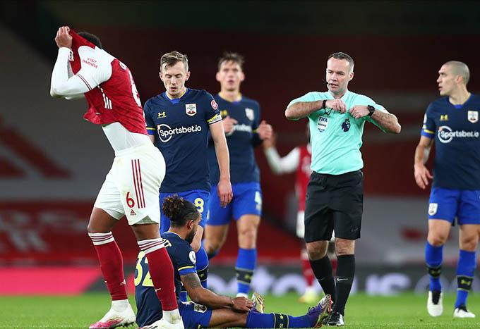 Gabriel phải nhận thẻ đỏ trong trận Arsenal hòa 1-1 với Southampton