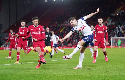 Trận thua trước ĐKVĐ Liverpool trên sân Anfield lại cho thấy Tottenham (áo sáng) ngày càng trở nên đáng sợ