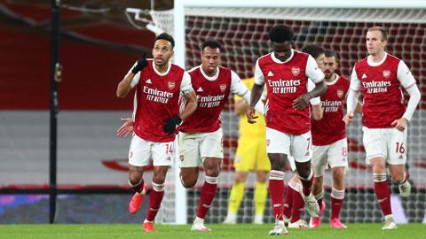 Aubameyang (bìa trái) đã ghi bàn trở lại, giúp Arsenal kiếm được điểm số đầu tiên trên sân nhà ở Premier League sau hơn 2 tháng