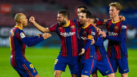 Các cầu thủ Barca ăn mừng bàn thắng san hòa tỷ số 1-1 của Alba (số 8) ở phút 31 trong trận tiếp đón Sociedad rạng sáng qua