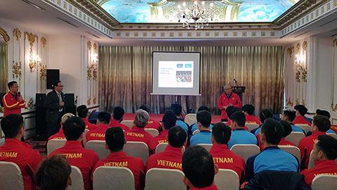 Tuấn Anh 'chọc quê' thầy Park ở hội thảo dinh dưỡng của ĐT Việt Nam