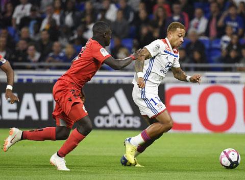 Nice (trái) không có nhiều cơ hội giành điểm trước Lyon