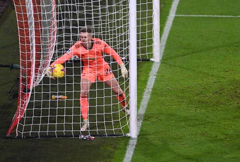 Thủ môn trẻ Dean Henderson mắc lỗi trong bàn thua đầu tiên của M.U trước Sheffield Utd