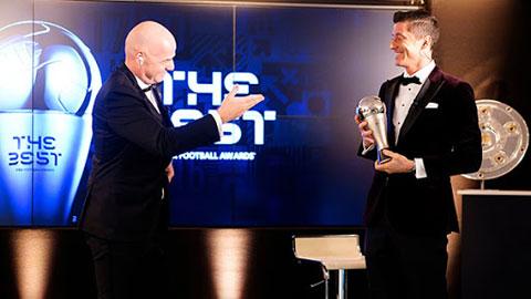 Lewandowski trong lễ nhận danh hiệu Cầu thủ xuất sắc nhất thế giới 2020 của FIFA