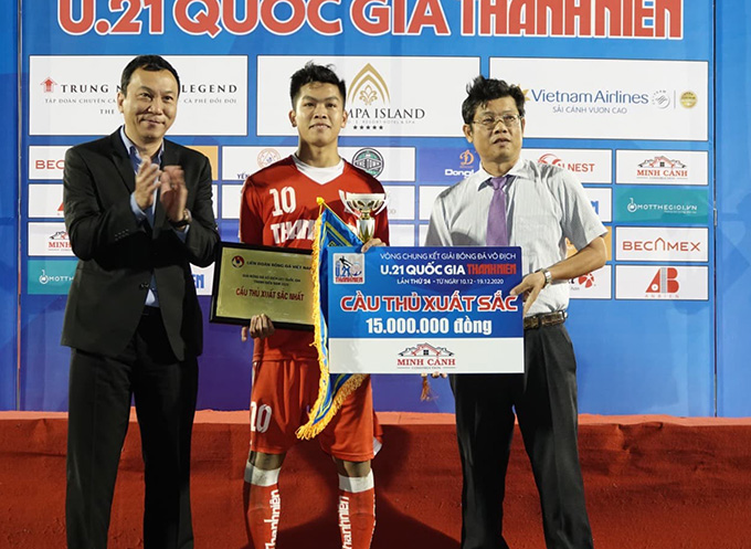 PCT VFF Trần Quốc Tuấn (trái) trao giải thưởng cho cầu thủ xuất sắc nhất