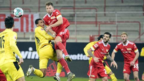 Hàng thủ Dortmund phá tan ngày vui của Moukoko
