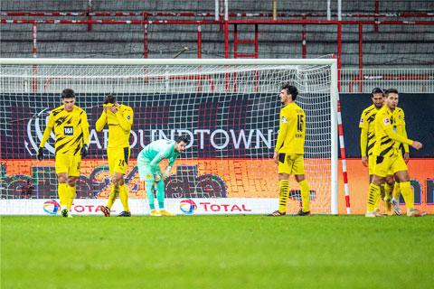 Cả hàng thủ Dortmund thất thần sau khi để Friedrich nâng tỷ số lên 2-1 cho Union Berlin