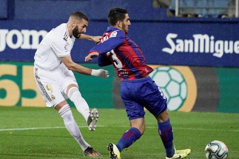 Benzema (trái) sẽ lại ghi bàn giúp Real vượt qua chủ nhà yếu đuối Eibar