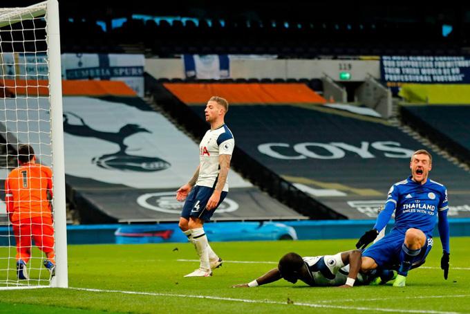 Alderweireld đá phản lưới nhà ở phút 60 trận đấu Tottenham vs Leicester sau cú dứt điểm của Vardy