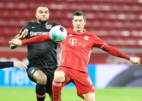 Lewandowski (bìa phải) lại có thêm một trận đấu xuất sắc