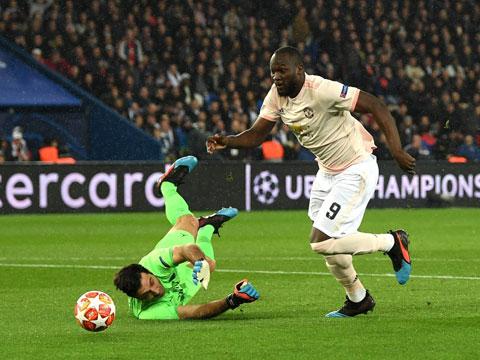 Buffon (trái) mắc lỗi khiến PSG thất bại trước M.U ở Champions League 2018/19