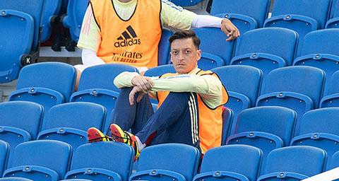Nhiều cầu thủ không hài lòng khi Oezil bị Arteta gạch tên