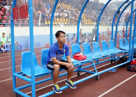 Sau khi ông Phan Thanh Hùng (ảnh nhỏ) ra đi, Than.QN đã bổ nhiệm ông Hoàng Thọ làm HLV trưởng - Ảnh: PHAN TÙNG