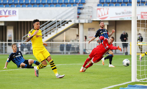 Jadon Sancho (áo sáng) chưa có bàn thắng nào tại Bundesliga mùa này