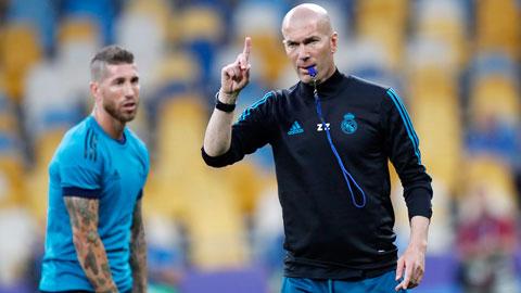 Sau nhiều biến cố, HLV Zidane (phải) đang hạn chế xoay tua đội hình Real