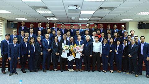 Lãnh đạo Đảng ủy Tổng cục thể dục thể thao, Đảng ủy tạp chí Bóng đá cùng ban chi ủy, các đảng viên của 3 chi bộ chụp ảnh kỷ niệm với 3 đảng viên mới