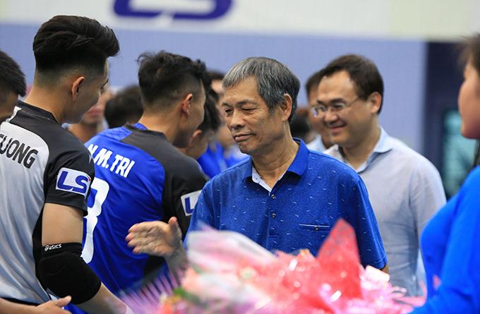 Lãnh đạo LĐBĐ TP.HCM, nhà tài trợ tặng hoa cho cầu thủ trước trận khai màn. Ảnh: Lê Đình