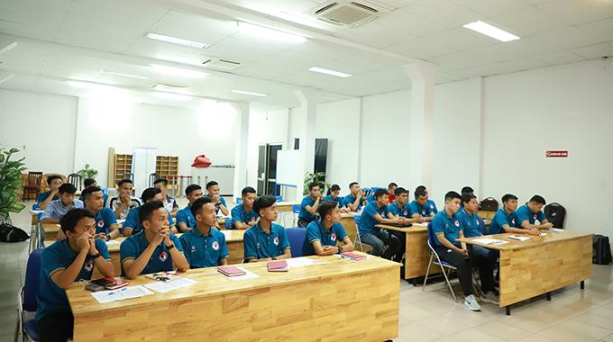 Các trọng tài tham gia lớp học. Tất cả trang phục đều được tài trợ đồng phục bởi CP Sport