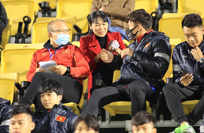 HLV Park Hang Seo quan sát trên khán đài. Ảnh: Phan Tùng