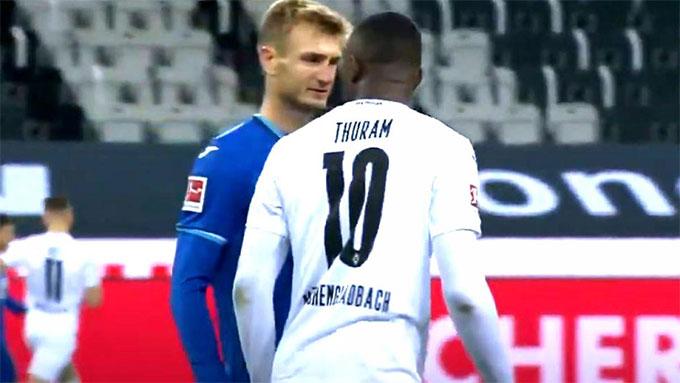 Marcus Thuram nhổ nước bọt vào mặt đối thủ