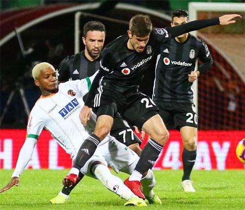 Đại gia Besiktas (áo sẫm) sẽ có chiến thắng dễ dàng trước chủ nhà Ankaragucu đang khủng hoảng phong độ
