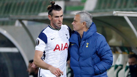 Bale (trái) đang có những màn trình diễn rất thất vọng trong màu áo Tottenham