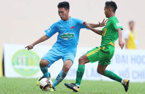 Dưới sự dẫn dắt của ông Châu Đức Thành (ảnh chủ), ĐH Cần Thơ (trái) đã vào đến chung kết  SV-League 2020 Ảnh: ĐÔNG HUYỀN