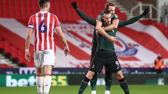 Bale mở tỷ số sau cú lắc đầu điệu nghệ