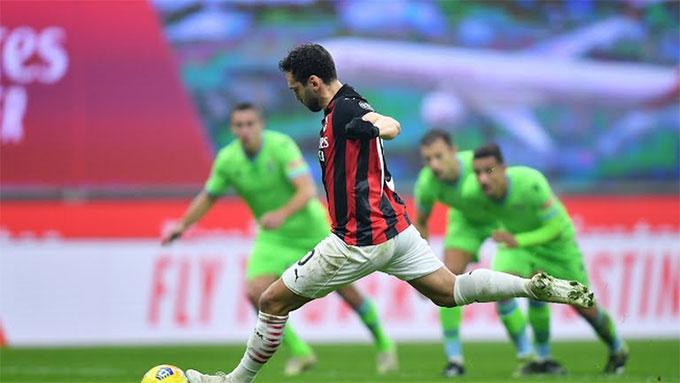 Calhanoglu đóng góp 1 bàn và 2 đường kiến tạo vào chiến thắng của Milan