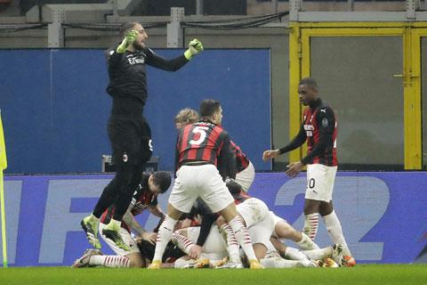 Các cầu thủ Milan chia vui sau bàn ấn định thắng lợi 3-2 trước Lazio