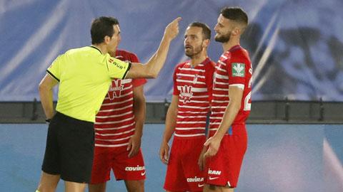 Các cầu thủ Granada phản ứng với trọng tài Martinez