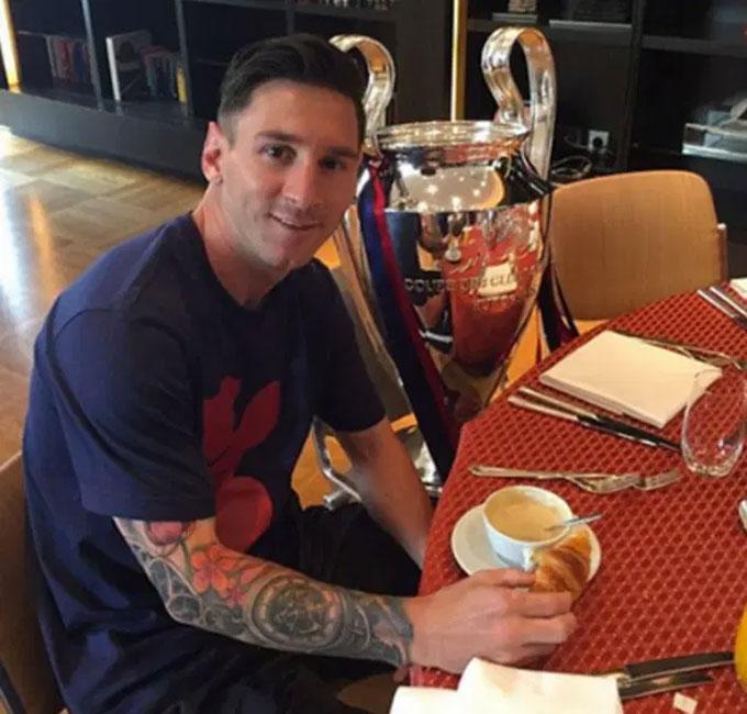 Messi tận hưởng Giáng sinh bên chiếc cúp Champions League