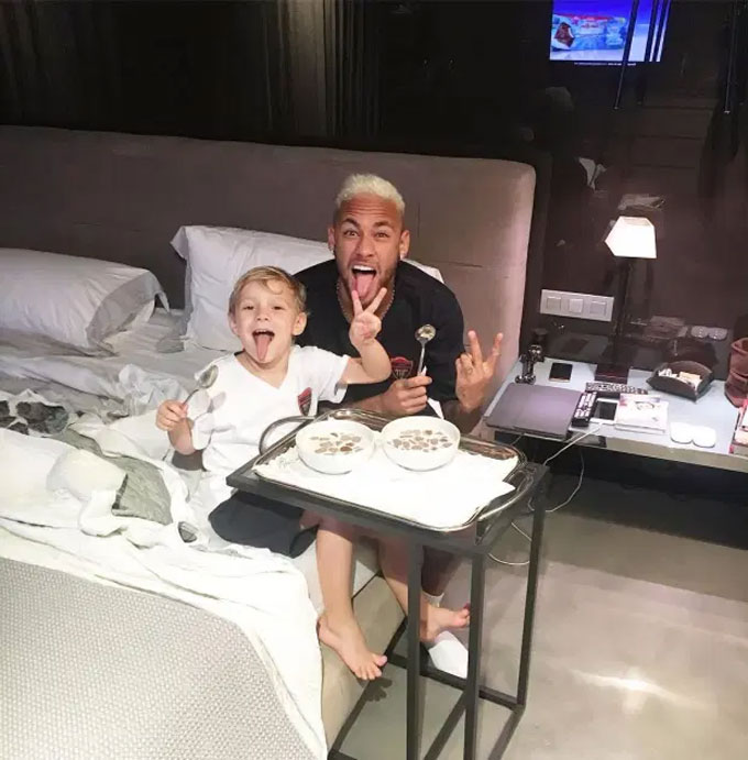 Neymar ngồi ăn bên cậu con trai bé bỏng