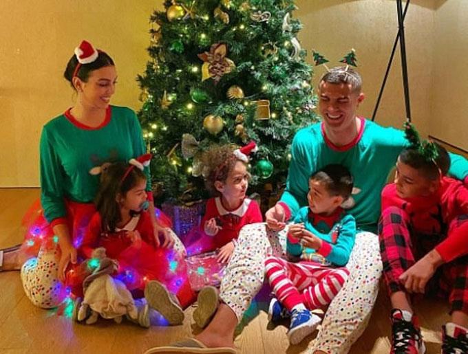 Ronaldo cười tươi rói trong đêm Giáng sinh