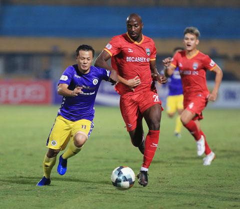 Thành Lương (bìa trái) nỗ lực đi bóng tại V.League 2020 - Ảnh: Minh Tuấn
