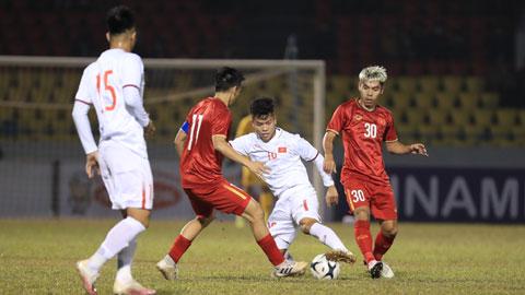 Hữu Thắng trong một pha tranh bóng trong trận đối đầu với ĐT Việt NamẢnh: Phan Tùng