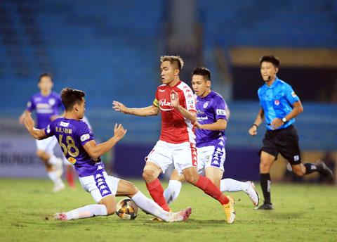 HLV Polking tự tin giúp CLB TP.HCM (giữa, ảnh nhỏ) thi đấu thành công ở mùa giải 2021 - Ảnh: ĐỨC CƯỜNG