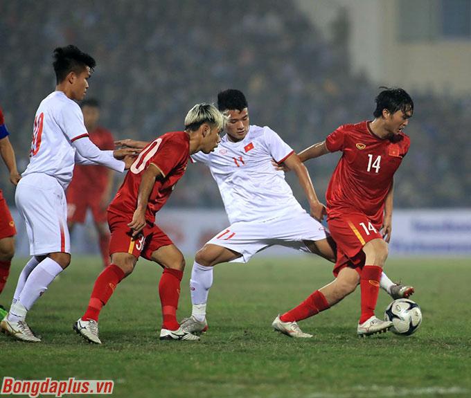 Ông Park muốn các tiền vệ phải cạnh tranh nhiều hơn - Ảnh: Phan Tùng